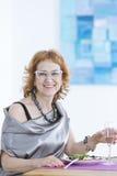 Mujer que se sienta en el vector fotografía de archivo libre de regalías