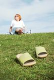 Mujer que se sienta en hierba imagen de archivo libre de regalías