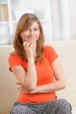 Mujer que se sienta en hogar foto de archivo