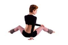Mujer que se sienta en la actitud de la danza Fotografía de archivo