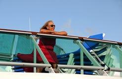 Mujer que se sienta en la cubierta superior Imagen de archivo libre de regalías