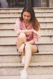 Mujer que se sienta en la escalera imagen de archivo libre de regalías