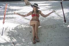 Mujer que se sienta en la hamaca fotografía de archivo libre de regalías