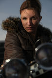 Mujer que se sienta en la motocicleta Imágenes de archivo libres de regalías