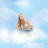 Mujer que se sienta en la nube con el ordenador portátil Fotografía de archivo libre de regalías