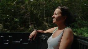 Mujer que se sienta en la parte posterior de una camioneta pickup metrajes