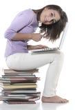 Mujer que se sienta en la pila de libros Imagen de archivo