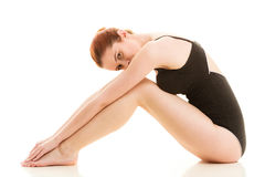 Mujer que se sienta en la ropa interior que muestra las piernas lisas Foto de archivo