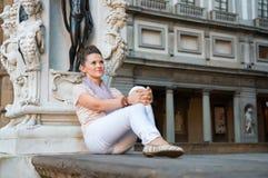 Mujer que se sienta en lanzi del dei de la logia en Florencia Foto de archivo