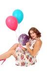 Mujer que se sienta en piso con los globos Imágenes de archivo libres de regalías