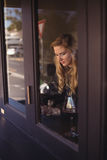Mujer que se sienta en restaurante Imágenes de archivo libres de regalías