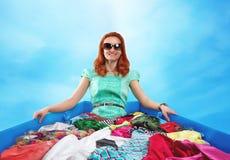 Mujer que se sienta en ropa Foto de archivo libre de regalías