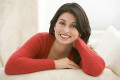Mujer que se sienta en sala de estar Fotos de archivo