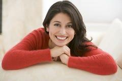 Mujer que se sienta en sala de estar foto de archivo libre de regalías