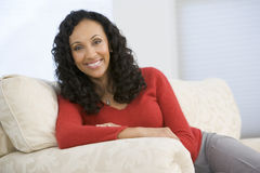 Mujer que se sienta en sala de estar Imagen de archivo libre de regalías