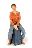 Mujer que se sienta en su maleta Fotografía de archivo