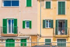 Mujer que se sienta en un balcón, simetría en arquitectura imagen de archivo libre de regalías