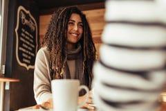 Mujer que se sienta en un café con su amigo Imagen de archivo libre de regalías