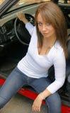 Mujer que se sienta en un coche Fotografía de archivo libre de regalías