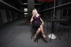 Mujer que se sienta en un vector Fotos de archivo libres de regalías
