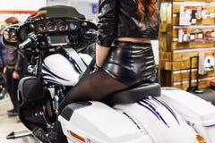 Mujer que se sienta en una motocicleta de la aduana del vintage Imágenes de archivo libres de regalías