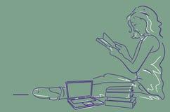 Mujer que se sienta leyendo un libro, Fotos de archivo