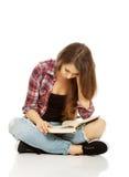 Mujer que se sienta a piernas cruzadas Imagen de archivo libre de regalías