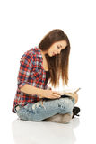 Mujer que se sienta a piernas cruzadas Fotos de archivo libres de regalías