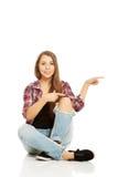Mujer que se sienta a piernas cruzadas Fotografía de archivo libre de regalías