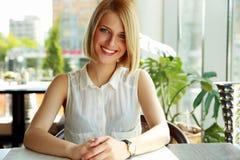 Mujer que se sienta solamente en café foto de archivo libre de regalías