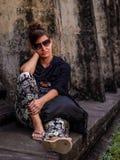Mujer que se sienta y que espera al lado del templo de Angkor Wat en Camboya Fotos de archivo