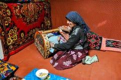 Mujer que se sienta y su niño en Tayikistán Fotografía de archivo