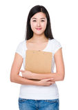 Mujer que se sostiene con el tablero Imágenes de archivo libres de regalías