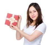 Mujer que se sostiene con la actual caja Imágenes de archivo libres de regalías