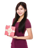 Mujer que se sostiene con la caja de regalo Imágenes de archivo libres de regalías