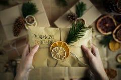 Mujer que se sostiene en regalo de Navidad de las manos Concepto de la Navidad La Navidad Imágenes de archivo libres de regalías
