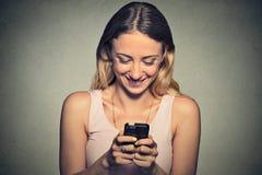 Mujer que se sostiene usando nuevo smartphone Fotos de archivo libres de regalías