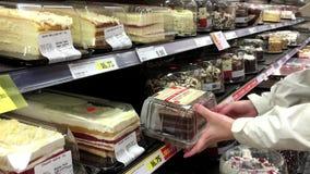 Mujer que selecciona la torta