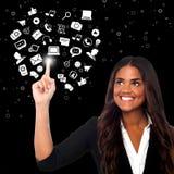 Mujer que selecciona los iconos, mundo virtual fotos de archivo