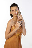 Mujer que siente feliz con el trofeo del oro Imagen de archivo