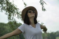 Mujer que siente libremente en naturaleza imagen de archivo libre de regalías