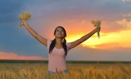 Mujer que siente libremente en un paisaje natural hermoso Imagenes de archivo