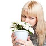 Mujer que soña y que sostiene las flores Foto de archivo
