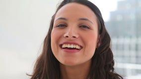 Mujer que sonríe como ella habla almacen de video