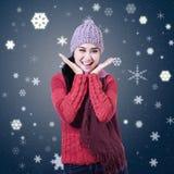 Mujer que sonríe con las palmas abiertas ilustración del vector