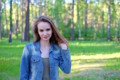 Mujer que sonríe con sonrisa perfecta en un parque y que mira la cámara Fotos de archivo