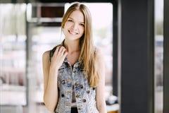 Mujer que sonríe con sonrisa perfecta y los dientes blancos en una alameda que mira la cámara Fotos de archivo