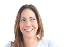 Mujer que sonríe con sus ojos que miran la cara Fotos de archivo