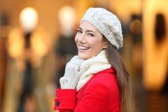 Mujer que sonríe en la cámara en invierno en una alameda Fotografía de archivo libre de regalías
