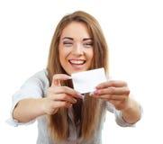 Mujer que sonríe sosteniendo la tarjeta imágenes de archivo libres de regalías